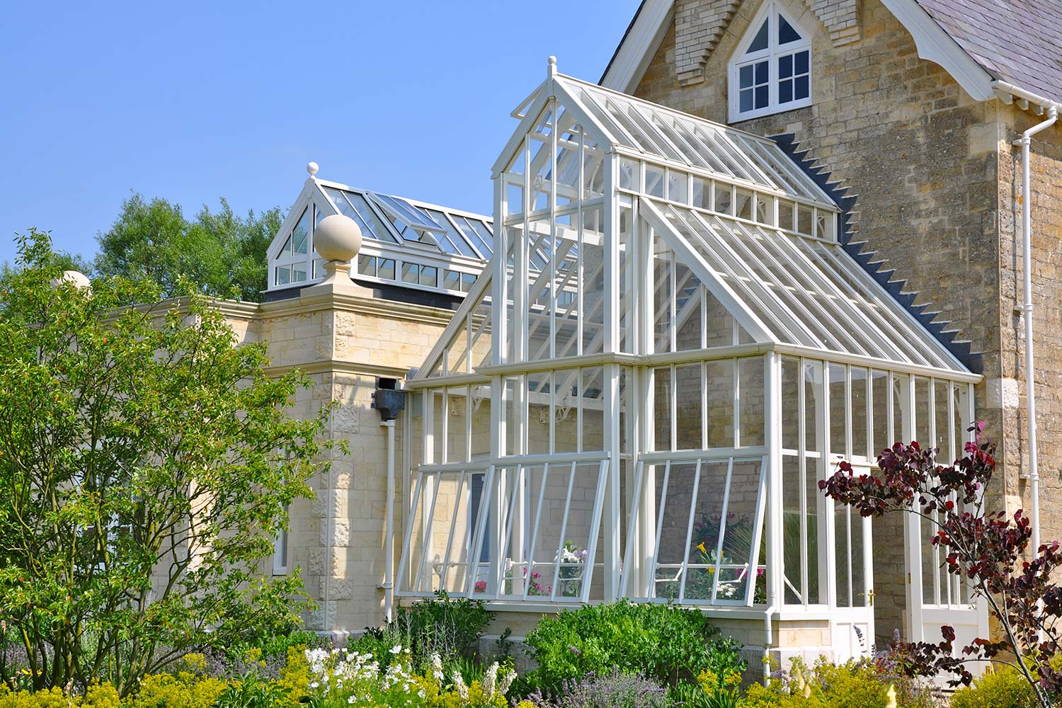 A full-span greenhouse at 45 degrees with a blank end wall and engine shed roof detail (Alitex)