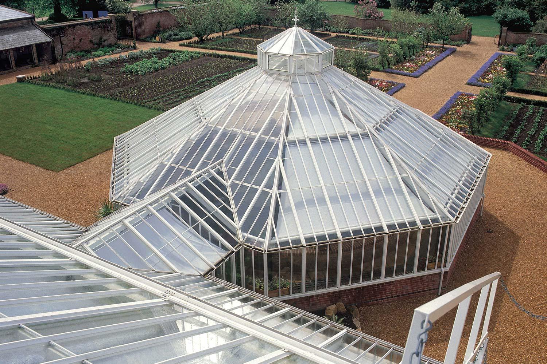 En octagonalt Lilje-basin drivhus tilsluttet et større drivhus.