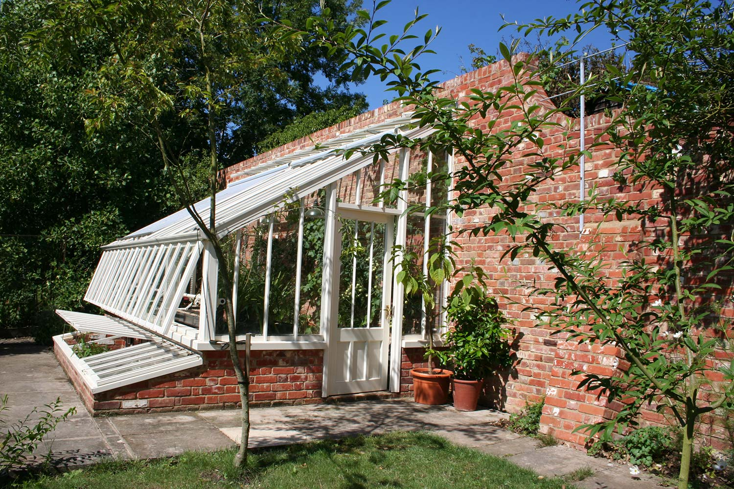 A small monopitch glasshouse with cold frames (Alitex)
