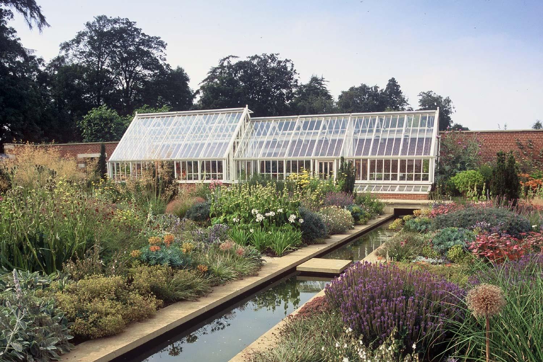 Et aftrappet drivhus i three-quater-span udgave, opdelt indvendigt med glasvægge for flere dyrkningszoner