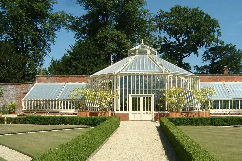 Et sekskantet tropisk drivhus med three-quarter span vinger.