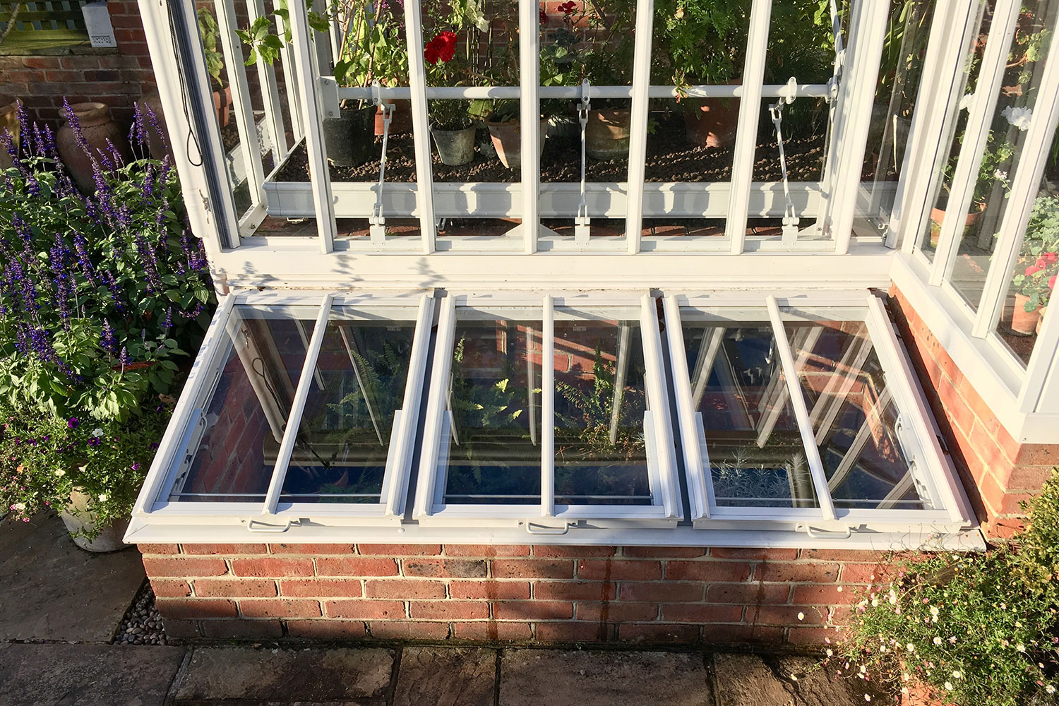 Cold frames closed (Alitex greenhouse accessories)